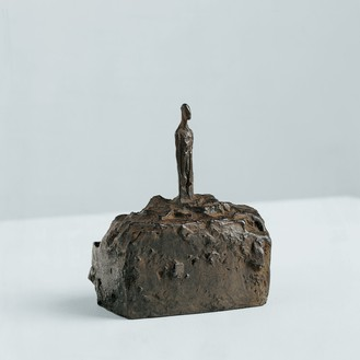 Alberto Giacometti, Petit homme sur socle, c. 1939–45 Bronze, 3 ⅛ × 2 ¾ × 2 ¼ inches (8 × 6.9 × 5.7 cm), edition 4/8, cast: Fonte Thinot (1973), Foundation Alberto et Annette Giacometti, Paris© 2018 Alberto Giacometti Estate/Licensed by VAGA and ARS, New York