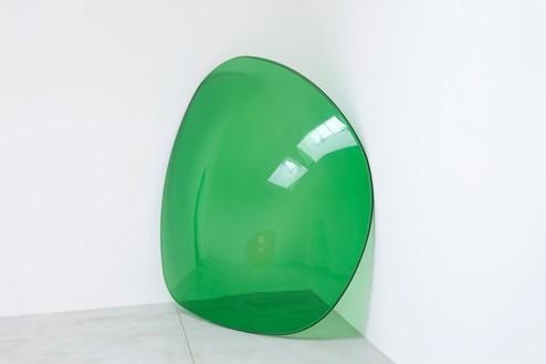 Alex Israel, Lens, 2013 UV protective plastic lens, 96 × 84 × 14 ⅛ inches (243.8 × 213.4 × 35.9 cm), Centre Pompidou, Paris© Alex Israel