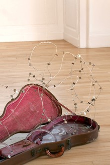 Dan Colen, Waiting on a Friend, 2013 Guitar case, wire and dime tangle, 41 × 20 × 20 inches (104.1 × 50.8 × 50.8 cm)© Dan Colen