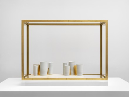 Edmund de Waal, that pause of space, 2019 8 porcelain vessels, 6 porcelain tiles with gold leaf, and alabaster block with gold leaf, in gilded aluminum and plexiglass vitrine, 22 ⅞ × 30 × 11 inches (58 × 76 × 28 cm)© Edmund de Waal