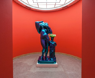Jeff Koons, Metallic Venus, 2010–12 Mirror-polished stainless steel with transparent color coating and live flowering plants, 100 × 52 × 40 inches (254 × 132.1 × 101.6 cm), edition of 3 + 1 AP© Jeff Koons