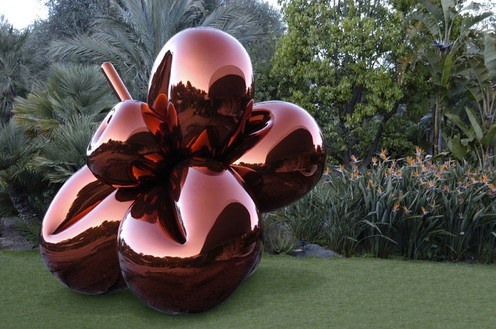 Jeff Koons Balloon Flower (Orange), 1995–2000 Mirror-polished stainless steel with transparent color coating 133 3/4 × 112 1/4 × 102 1/4 inches (340 × 285 × 260 cm) 1 of 5 unique versions © Jeff Koons