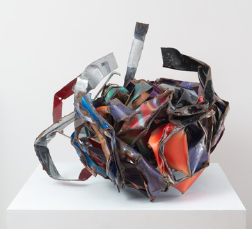 John Chamberlain, Wanderingwhisper, 1986 Painted and chrome-plated steel, 23 × 30 × 21 inches (58.4 × 76.2 × 53.3 cm)© 2018 Fairweather & Fairweather LTD/Artists Rights Society (ARS), New York