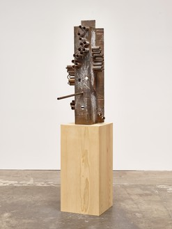 Mark Grotjahn, Untitled (African II, Gated Front and Back Mask M44.e), 2015 Bronze, 51 ¼ × 19 ¼ × 37 ¾ inches (130.2 × 48.9 × 95.9 cm), unique variant© Mark Grotjahn