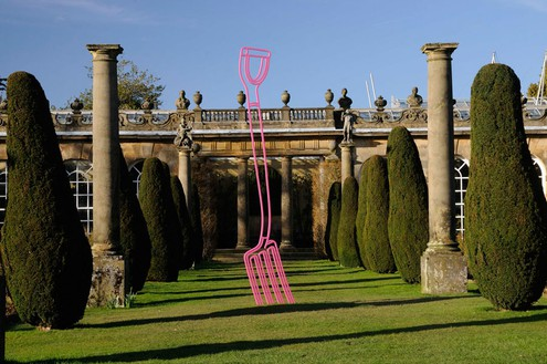 Michael Craig-Martin Pitchfork (pink), 2008 Powder-coated steel 137 3/4 × 22 inches (350 × 56 cm) Edition of 3 + 1 AP Installation at Chatsworth House, Derbyshire, UK Artwork © Michael Craig-Martin