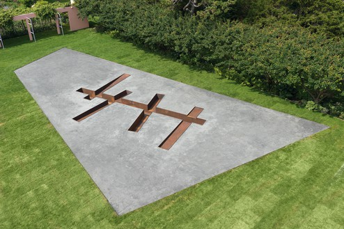 Michael Heizer, Interstices (3), 1968–2014 Negative earth liner, weathering steel in earth, 24 feet 3 ¼ inches × 33 feet 1 inch × 2 feet 1 inch (7.4 × 10.1 × .6 m), Amagansett, New York© Michael Heizer
