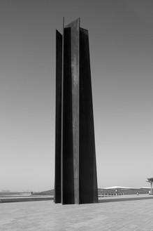 Richard Serra, 7, 2011 Weatherproof steel, 7 plates, overall: 80 × 10 × 10 feet (24.38 × 3.05 × 3.05 m), permanently installed at Qatar Museums Authority, Doha© 2018 Richard Serra/Artists Rights Society (ARS), New York. Photo: Cristiano Mascaro