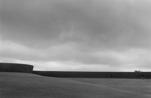 Richard Serra, Te Tuhirangi Countour, 2000–01 Weatherproof steel, 19 feet 8 inches × 843 feet 2 inches × 2 inches (6 m × 257 m × 5 cm), permanently installed at Gibbs Farm, Kaipara Harbour, New Zealand© 2018 Richard Serra/Artists Rights Society (ARS), New York. Photo: Dirk Reinartz