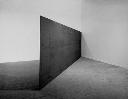 Richard Serra, Strike: To Roberta and Rudy, 1969–71 Hot-rolled steel, 8 feet 1 inch × 24 feet × 1 ½ inches (246.4 × 732 × 3.8 cm), Solomon R. Guggenheim Museum, New York© 2018 Richard Serra/Artists Rights Society (ARS), New York
