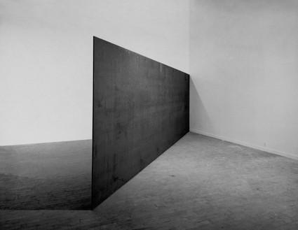 Richard Serra, Strike: To Roberta and Rudy, 1969–71 Hot-rolled steel, 8 feet 1 inch × 24 feet × 1 ½ inches (246.4 × 732 × 3.8 cm), Solomon R. Guggenheim Museum, New York© 2018 Richard Serra/Artists Rights Society (ARS), New York
