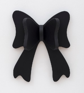 Robert Therrien, No title (black bow), 2012 Plastic and enamel, 29 × 23 ½ × 9 inches (73.7 × 59.7 × 22.9 cm)© Robert Therrien