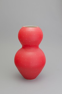 Shio Kusaka, (strawberry 43), 2015 Stoneware, 25 ½ × 15 ¼ × 15 ¼ inches (64.8 × 38.7 × 38.7 cm)© Shio Kusaka, photo by Brian Forrest