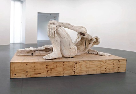 Thomas Houseago Reclining Figure (For Rome), 2013 Tuf-Cal, hemp, iron rebar, wood 66 × 148 × 68 inches (167.6 × 375.9 × 172.7 cm) Installation at Gagosian Gallery Rome © Thomas Houseago