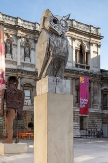 Thomas Houseago, Blue Owl, 2019 Aluminum, 95 ¾ × 30 × 29 ½ inches (243.2 × 76.2 × 74.9 cm), edition of 3 + 2 APInstallation view, RA Summer Exhibition 2019, Royal Academy of Arts, London, June 10–August 12, 2019© Thomas Houseago