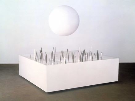 Damien Hirst, The History of Pain, 1999 Medium-density fibreboard box, knives, and beach ball, 29 ½ × 98 ½ × 98 ½ inches (74.9 × 250.2 × 250.2 cm)© Damien Hirst and Science Ltd. All rights reserved, DACS 2020. Photo: Mike Parsons