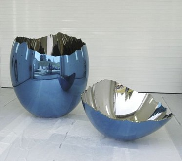 Jeff Koons, Cracked Egg (Blue), 1994–2006 Mirror-polished stainless steel with transparent color coating, in 2 parts, 78 × 62 × 62 inches (198.1 × 157.5 × 157.5 cm) and 18 × 48 × 48 inches (45.7 × 121.9 × 121.9 cm), 1 of 5 unique versions© Jeff Koons