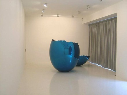 Jeff Koons: Cracked Egg (Blue) Installation view