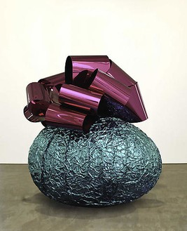 Jeff Koons, Baroque Egg with Bow, 2006 Mirror-polished stainless steel with transparent color coating, 83 ½ × 77 ¼ × 60 inches (212.1 × 196.2 × 152.4 cm), 1 of 5 unique versions© Jeff Koons