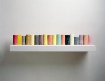 Rachel Whiteread, LINE UP, 2007–08 Plaster, pigment, resin, wood, and metal, 6 ¾ × 35 ½ × 9 ¾ inches (17 × 90 × 25 cm)© Rachel Whiteread