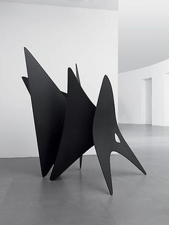 Alexander Calder, Five Points / Triangles, 1957 Painted steel, 85 × 50 × 90 inches (215.9 × 127 × 228.6 cm)© Calder Foundation, New York/Artists Rights Society (ARS), New York. Photo: Mike Bruce