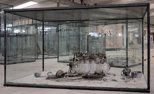Anselm Kiefer, Flying Fortress, 2010 Airplane engine, steel, photographs, lead, and oil, emulsion, acrylic, and shellac on clay on canvas, in inscribed glass and steel vitrine, 94 ½ × 169 ¼ × 90 ⅝ inches (240 × 430 × 230 cm)© Anselm Kiefer