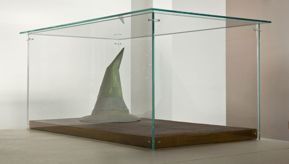 Robert Therrien, No title (Old witch hat), 1981–2011 Metal, paper, paint in glass and wood vitrine, 11 ¾ × 10 ½ × 10 ½ inches (29.8 × 26.7 × 26.7 cm)© Robert Therrien, photo by Josh White