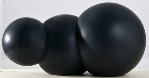 Robert Therrien, No title (Black cloud), 2011 Enamel on plastic, 17 ½ × 28 × 17 ½ inches (44.4 × 71.1 × 44.4 cm)© Robert Therrien, photo by Josh White
