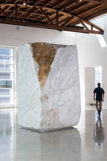 Giuseppe Penone, Anatomia / Anatomy, 2011 (view 2) White Carrara Marble, 124 × 77 × 62 inches (315 × 195.6 × 157.5 cm)© Giuseppe Penone, photo by Josh White