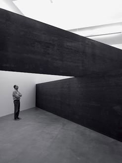 Richard Serra, London Cross, 2014 Weatherproof steel, 14 feet ½ inch × 28 feet 5 ¾ inches × 28 feet 5 ¾ inches (4.28 × 8.68 × 8.68 cm)© Richard Serra/Artists Rights Society (ARS), New York. Photo: Mike Bruce