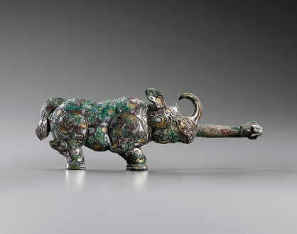 Daigou in the shape of a rhinoceros, Warring States period (481–221 BCE) Bronze inlaid with gold and silver, malachite encrustation, and traces of cuprite and crystallized textile, height: 3 ⅜ inches (8.5 cm), width: 9 ⅝ inches (24 cm)
