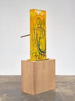 Mark Grotjahn, Untitled (Yellow Cosco II Mask M40.l), 2016 Painted bronze, 59 ½ × 33 ¼ × 36 ½ inches (151.1 × 84.5 × 92.7 cm)© Mark Grotjahn. Photo: Douglas M. Parker Studio