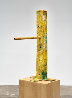 Mark Grotjahn, Untitled (Yellow Walkaway Mask M32.b), 2015–16 Painted bronze, 59 ⅜ × 24 ½ × 37 ½ inches (150.8 × 62.2 × 95.3 cm), unique variant© Mark Grotjahn. Photo: Douglas M. Parker Studio