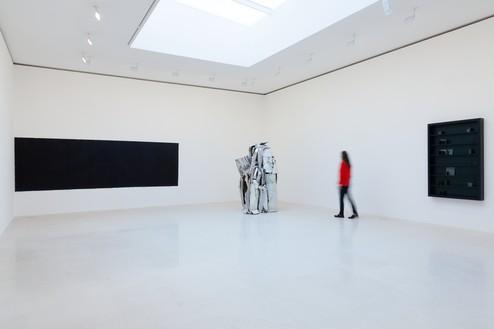 Installation view Artwork, left to right: © Richard Serra/Artists Rights Society (ARS), New York, © 2018 Fairweather & Fairweather LTD/Artists Rights Society (ARS), New York, © Edmund de Waal. Photo: Zarko Vijatovic