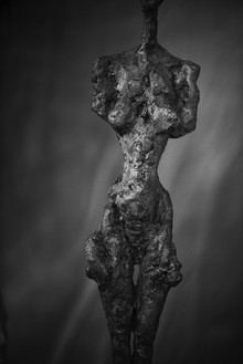 Peter Lindbergh, Alberto Giacometti, Femme debout (Poseuse I) (1954), Zurich, 2016, 2016 Hahnemuhle Photo Rag® Baryta 315 grs, 35 ⅜ × 23 ⅝ inches (90 × 60 cm)© Peter Lindbergh, © Succession Alberto Giacometti (Fondation Giacometti + ADAGP), Paris 2017