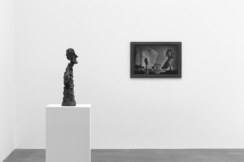 Installation view Artwork, left to right: © Succession Alberto Giacometti (Fondation Giacometti + ADAGP), Paris 2017, © Peter Lindbergh. Photo: Mike Bruce