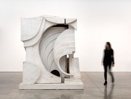 Thomas Houseago, Untitled (abstract I), 2015  Tuf-Cal, hemp, and iron rebar, 103 × 78 ½ × 86 inches (261.6 × 199.4 × 218.4 cm)© Thomas Houseago. Photo: Fredrik Nilson