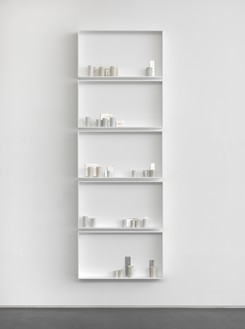 Edmund de Waal, a different breath, 2018 27 porcelain vessels and 17 porcelain tiles with platinum and silver gilding in 5 aluminum and glass vitrines, 107 ⅛ × 37 × 4 ¾ inches (271.9 × 94 × 12.1 cm)© Edmund de Waal. Photo: Mike Bruce