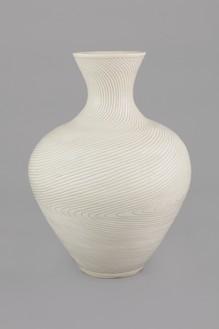 Shio Kusaka, (line 65), 2017 Stoneware, 28 × 19 × 19 inches (71.1 × 48.3 × 48.3 cm)© Shio Kusaka. Photo: Brian Forrest
