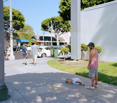 Jeff Wall, Parent child, 2018 Inkjet print, 86 ⅝ × 108 ¼ inches (220 × 275 cm)© Jeff Wall
