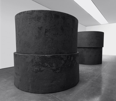 Richard Serra, Inverted, 2019 Forged steel, four rounds, installed in two inverted stacks, two, each: 48 × 102 inches diameter (121.9 × 259 cm), two, each: 54 × 96 inches diameter (137.1 × 243.8 cm), each stack: 102 × 102 inches diameter (259 × 259 cm)© 2019 Richard Serra/Artists Rights Society (ARS), New York. Photo: Rob McKeever