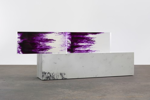 Sterling Ruby, ACTS/ROBITUSSIN, 2016 Clear urethane blocks, dye, wood, spray paint, and laminate, 66 ½ × 175 ⅜ × 35 ⅛ inches (168.9 × 445.5 × 89.2 cm)© Sterling Ruby. Photo: Robert Wedemeyer
