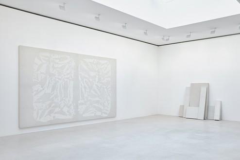 Installation view Artwork, left to right: © Archives Simon Hantaï/ADAGP, Paris; © Rachel Whiteread. Photo: Thomas Lannes