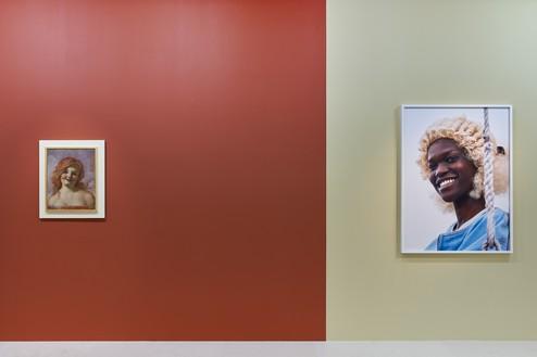 Installation view Artwork, left to right: © John Currin, © Roe Ethridge. Photo: Thomas Lannes