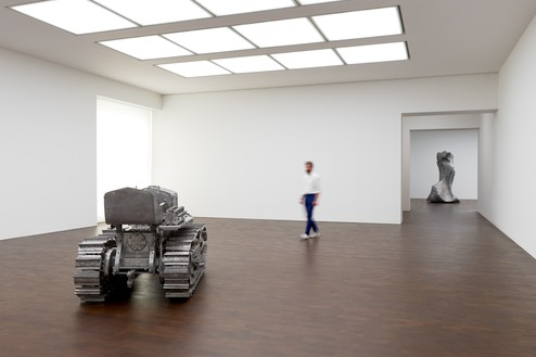 Installation view Artwork, left to right: © Charles Ray, courtesy Matthew Marks Gallery; © Urs Fischer