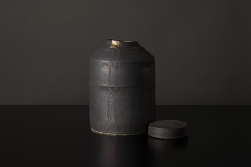 Edmund de Waal, winter pot (A4), 2020 Porcelain, lead, and gold, 10 ½ × 6 ⅞ × 6 ⅞ inches (26.5 × 17.5 × 17.5 cm)© Edmund de Waal. Photo: Alzbeta Jaresova