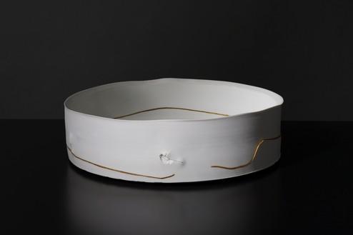 Edmund de Waal, winter pot (C4), 2020 Porcelain and gold kintsugi, 3 ¾ × 13 ¼ × 13 ¼ inches (9.4 × 33.5 × 33.5 cm)© Edmund de Waal. Photo: Alzbeta Jaresova