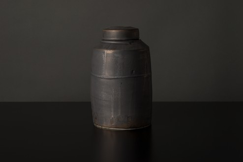 Edmund de Waal, winter pot (A3), 2020 Porcelain, lead, and gold, 11 × 6 ⅝ × 6 ⅝ inches (28 × 16.7 × 16.7 cm)© Edmund de Waal. Photo: Alzbeta Jaresova