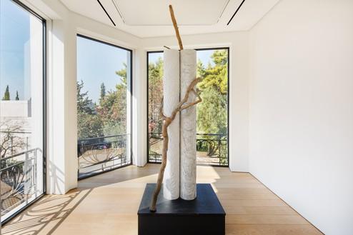 Installation view with Giuseppe Penone, Impronte di corpi nell'aria—colonna (Bodies Imprinted in the Air—Column) (2016) Artwork © 2021 Giuseppe Penone/Artists Rights Society (ARS), New York/ADAGP, Paris. Photo: Paris Tavitian