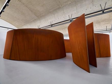 Richard Serra, Transmitter, 2020 Weatherproof steel, 13 feet 2 inches × 58 feet 2 inches × 59 feet 10 inches (4 × 17.7 × 18.2 m), plates: 2 inches (5 cm) thick© 2021 Richard Serra/Artists Rights Society (ARS), New York. Photo: Thomas Lannes