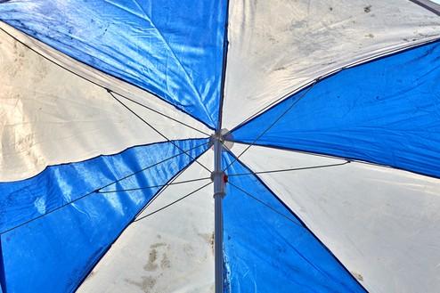 Roe Ethridge, Blue and White Umbrella, 2020 Dye sublimation print on aluminum, 40 × 60 inches (101.6 × 152.4 cm), edition 1/5 + 2 AP© Roe Ethridge